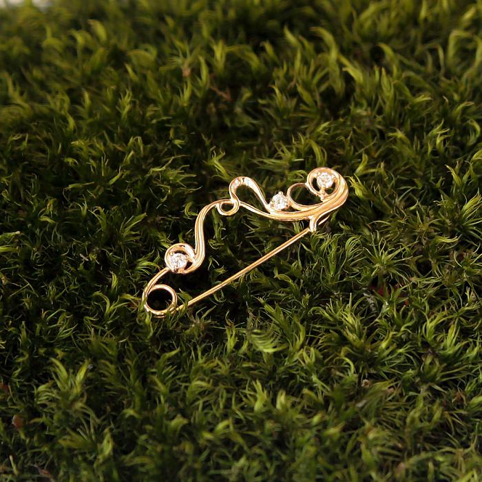 Золотая булавка Вензель с белым цирконием 000080021