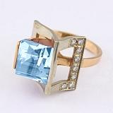 Золотое кольцо с голубым топазом и фианитами Эпатаж