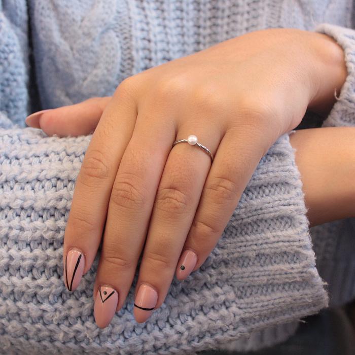 Серебряное кольцо Свинг с крученой шинкой и белой жемчужиной 000082809
