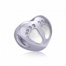 Серебряный шарм-сердце Маленькие ножки с белой эмалью