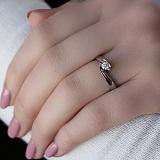 Золотое кольцо Алексия в белом цвете с бриллиантом