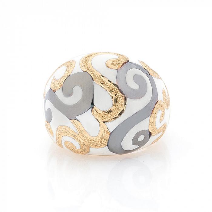 Дизайнерский перстень Зимний орнамент в желтом золоте с насечками и белой эмалью 000082300