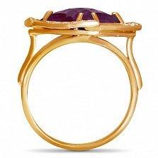 Золотое кольцо Фокус с синтезированным аметистом шахматной огранки и фианитами