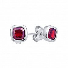 Серебряные серьги-пуссеты Марси с завальцованными кристаллами Swarovski в красном цвете