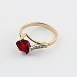 Золотое кольцо с гранатом и фианитами Ингебога