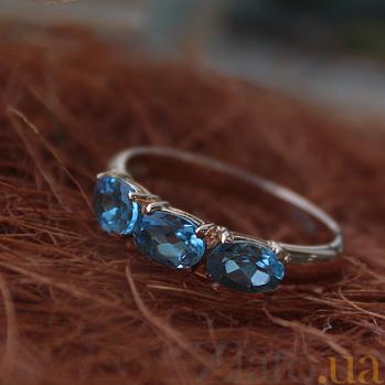 Кольцо из красного золота Аллея с темно-голубыми топазами swiss blue 000068776