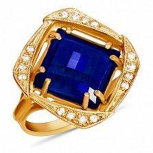 Золотое кольцо Фокус с синтезированным сапфиром шахматной огранки и фианитами
