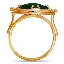 Золотое кольцо Фокус с синтезированным изумрудом шахматной огранки и фианитами