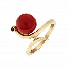 Золотое асимметричное кольцо Невесомость в желтом цвете с шариком коралла и гранатом