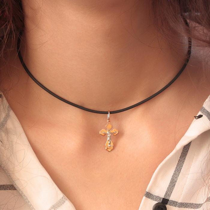 Крестик из комбинированного золота на классической фигурной основе 000015105 000015105