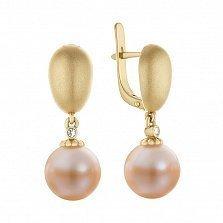 Золотые серьги-подвески Исток с матированным металлом, розовым жемчугом и бриллиантами