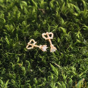 Золотые серьги-пуссеты Лилея в красном цвете с фианитами 000079988