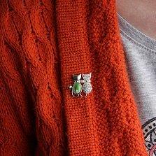 Серебряная брошка Кошачья парочка с зеленым улекситом, белыми фианитами и золотой накладкой