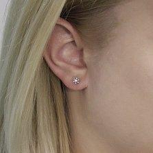 Золотые серьги-пуссеты Мини ромашка в белом цвете с бриллиантами