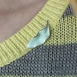 Серебряная брошь Свежий листочек с эмалью и фианитом