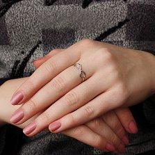 Золотое кольцо Магия узоров в белом цвете с дорожкой фианитов