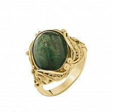 Золотое кольцо Алишер в красном цвете с узорным кастом и изумрудом