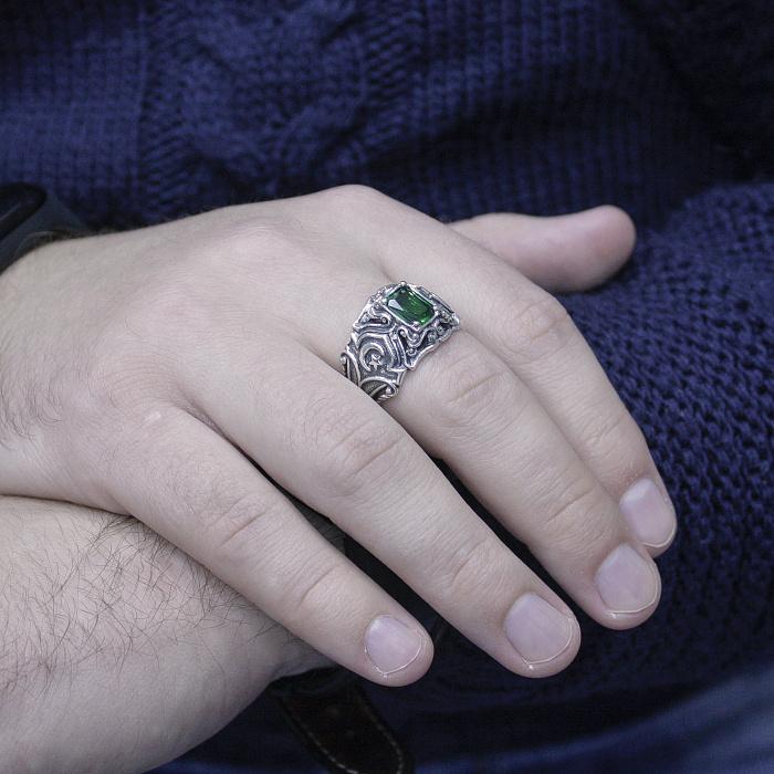 Серебряный перстень-печатка Омен с узорной шинкой, чернением и зеленым фианитом 000095546