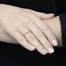 Золотое кольцо Версаль в красном цвете с узорной шинкой и фианитом