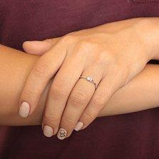 Кольцо в белом золоте Лунный блеск с асимметричной шинкой и кристаллом Swarovski