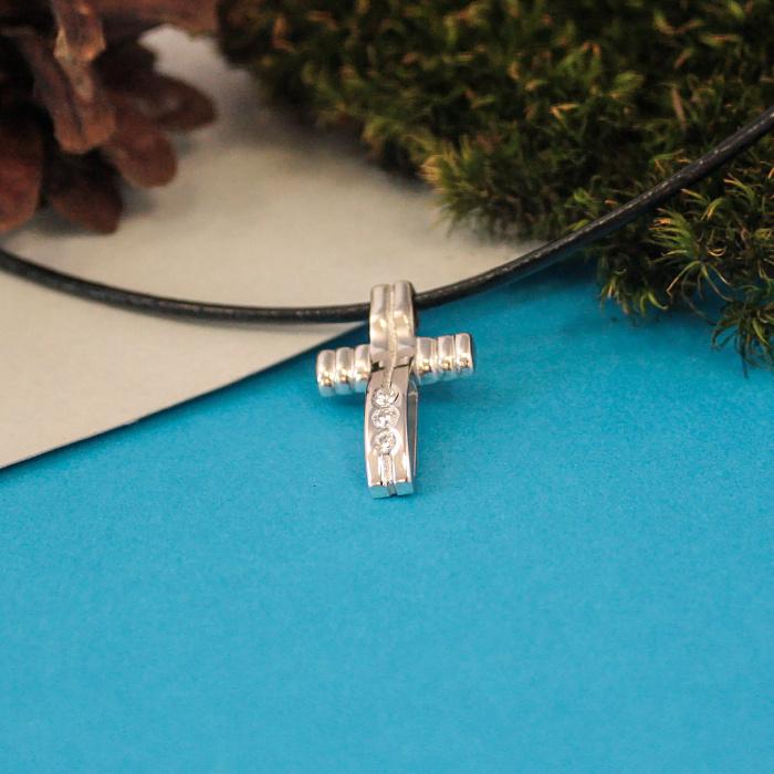 Декоративный крестик Ивис в белом золоте с фианитами на кожаном шнурке 000080773
