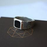 Серебряное кольцо с золотыми вставками и ониксом Агент
