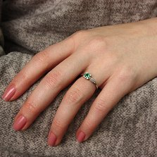 Золотое кольцо в белом цвете Амелия с изумрудом и бриллиантами
